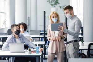 Funcionários com máscara refazem o onboarding presencial