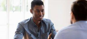 Homem jovem conversando com outras pessoas